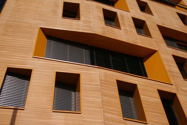 Pose de bardage bois sur la fa ade d 39 un immeuble de for Pose d un bardage bois