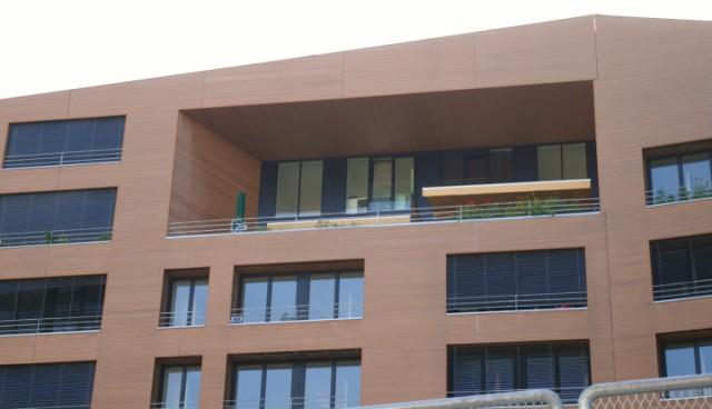 Pose de bardage bois sur la façade d un immeuble de bureaux à metz