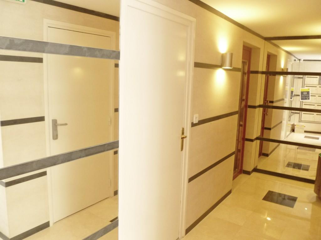 pose de revetement mural et peinture halle d entree paris 15 apres 2 groupe salmon. Black Bedroom Furniture Sets. Home Design Ideas