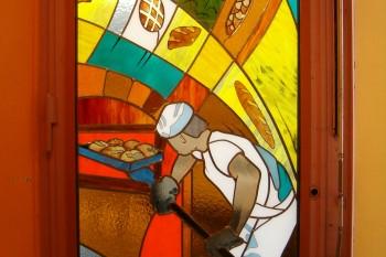 Création d'un vitrail d'art sur une porte de boulangerie