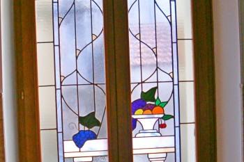 création d'un vitrail sur une fenêtre