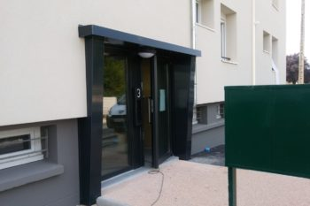 rénovation des encadrements de portes en aluminium laqué
