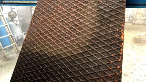 Nettoyage écologique a la vapeur seche dune plaque metallique pleine de graisse