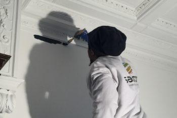Une peinture intérieure appliquée avec soin pour mettre en valeur les moulures de ce bel appartement